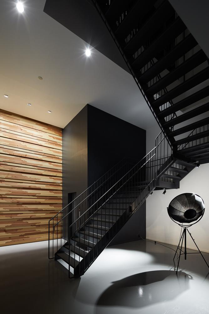 搬送機器シャフトをエントランスと階段室にリノベーションしたオフィスの階段室の事例・写真