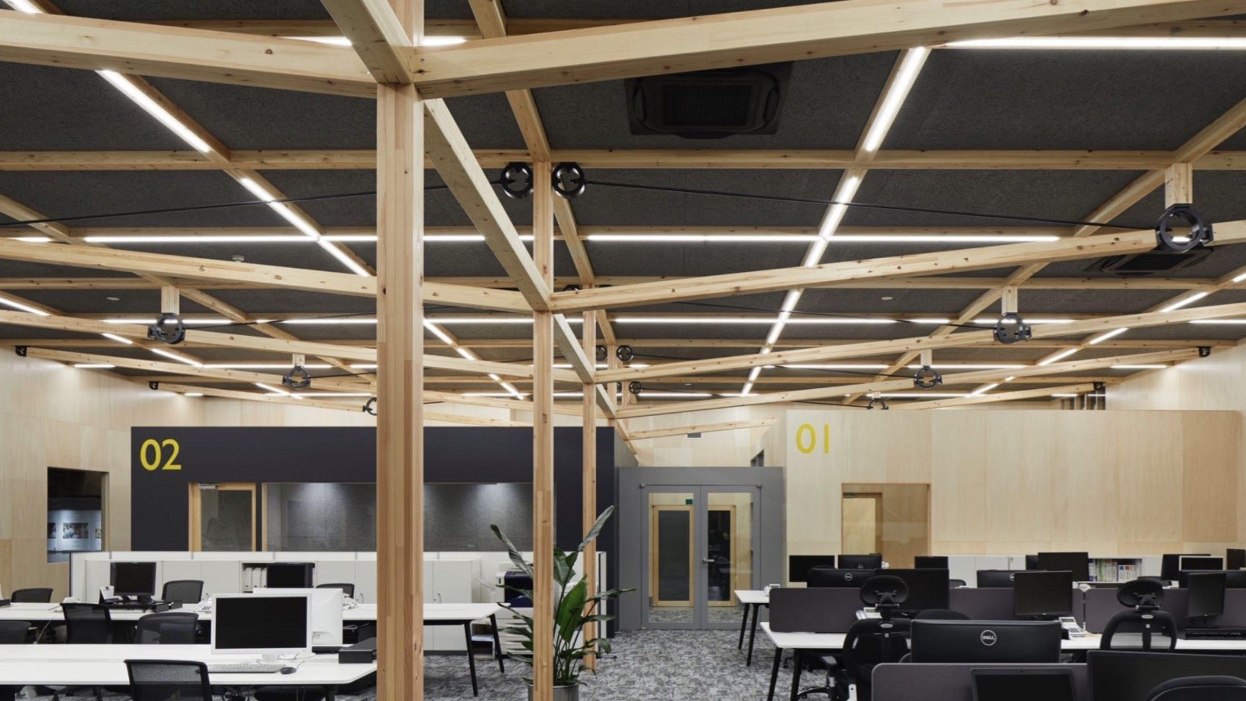木造張弦トラス構造を採用した構造デザインのオフィス内観写真・事例