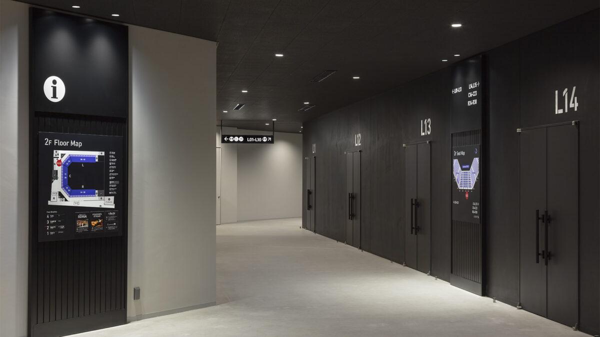横浜市西区のぴあアリーナMMの内観・サインデザイン写真