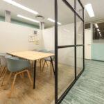 ルミネ横浜 北欧調 フリーアドレスオフィス ミーティングブースあり